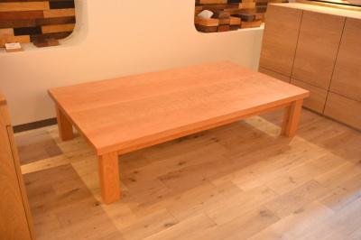 分厚いチェリーテーブル